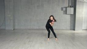 Тонкий современный танец танцев девушки видеоматериал