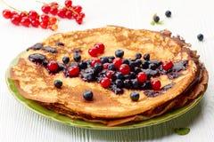 Тонкий стог блинчиков с свежими ягодами лета Стоковые Изображения