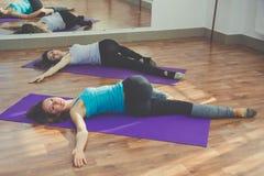 2 тонких женщины делают йогу Стоковое Фото