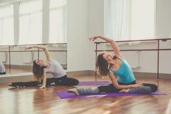 2 тонких женщины делают протягивающ тренировку Стоковое Изображение RF