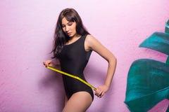 Тонкое красивое в купальном костюме с красивым худеньким figu стоковое изображение