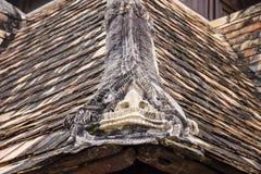 Тонна Kwain Chiangmai Wat, Таиланд Статуя Naga на крыше Стоковое Фото
