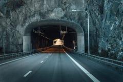 Тоннель дороги через утес в Швеции стоковые фото