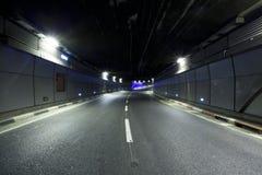 Тоннель - урбанский тоннель дороги хайвея Стоковое Изображение RF