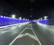 Тоннель - урбанский тоннель дороги хайвея Стоковая Фотография