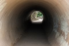 Тоннель Canalization на падениях McWay отстает в большом Sur, Калифорния, США стоковое фото