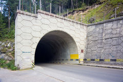 Тоннель автомобиля в горах Стоковое Изображение