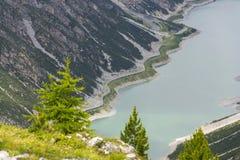 Тоннель автомобиля на банке озера Livigno в Альпах, Ital Стоковое Изображение