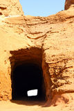 Тоннель в утесе стоковая фотография