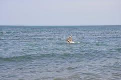 Тонуть люди в море Стоковые Изображения