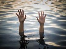 Тонущ жертвы, рука тонуть женщина помощь Стоковые Изображения RF