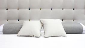 Тоны роскошной современной спальни стиля серые и белые, интерьер спальни гостиницы Стоковые Изображения RF