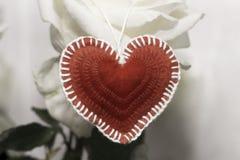 Тон пинка дня ` s валентинки Красное сердце сделанное из войлока handmade на a Стоковое Изображение RF