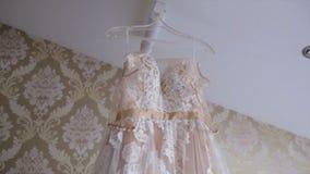 Тон платья цвета слоновой кости шнурка пастельный для девушки Платье красивой белизны weddding готовое для невесты Изумительное п Стоковая Фотография RF