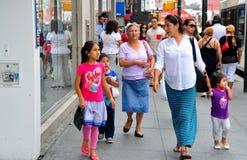 Топить, NY: Люди на оживленной улице Стоковое Изображение