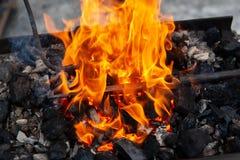 Топление заготовок металла на огне стоковые изображения rf