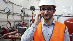Топление мастера инженера работает на положении говоря на телефоне видеоматериал