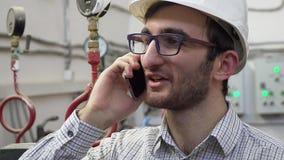 Топление мастера инженера работает на положении говоря на телефоне акции видеоматериалы