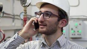 Топление мастера инженера работает на положении говоря на телефоне сток-видео