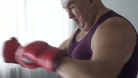 Топление человека muscles и сбрасывающ стресс, тень кладя в коробку дома, здоровая жизнь видеоматериал
