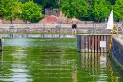 Топлесс молодой человек стоя на заплывании стыкует на тазе i Shadwell стоковые изображения