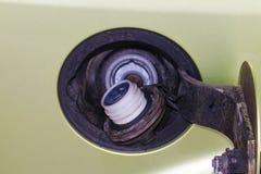 Топливный бак автомобиля Крышка штуцера для заправки топливом автомобиля Раскрытый топливный бак автомобиля Стоковые Фото