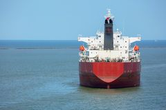 Топливозаправщик нефтяного продукта красного цвета на анкере в порте Хьюстона Стоковая Фотография RF