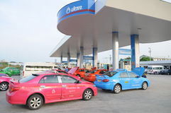 Топливо refill таксомотора Таиланда на топливе station02 Стоковая Фотография RF