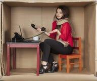 Топорная секретарша работая в офисе Стоковые Фото