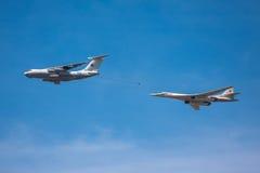 Топливозаправщик воздуха и стратегический бомбардировщик Tu-160 имитируют средний-воздух дозаправляя во время парада Стоковые Изображения RF