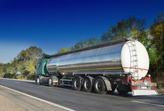 Топливозаправщик газа на дороге Стоковые Изображения