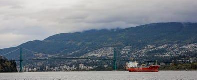 Топливозаправщик проходит под мост строба льва, Ванкувер, ДО РОЖДЕСТВА ХРИСТОВА Стоковые Изображения RF