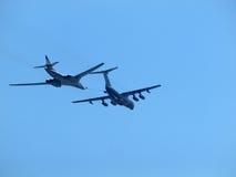 Топливозаправщик Ilyushin Il-78 и стратегический бомбардировщик Tu-160 Стоковое фото RF