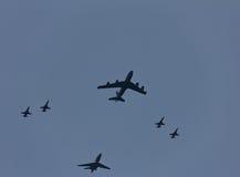 Топливозаправщик KC-135 в образовании с F16 Стоковые Изображения