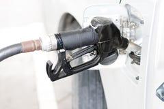 топливо бензина собственной личности нагнетая в автомобиле на бензоколонке Стоковые Фото