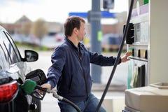 Топливо бензина человека заполняя в автомобиле Стоковая Фотография RF