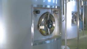 Топливо, бензин, хранение масляного бака в рафинадном заводе Съемка тележки акции видеоматериалы
