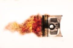 Топливо горя na górze поршеня двигателя Горящее пламя огня на поршене двигателя Стоковые Фото