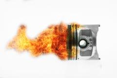Топливо горя na górze поршеня двигателя Горящее пламя огня на поршене двигателя Стоковые Изображения