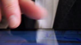 Торговать онлайн, бизнесмен работая с планшетом на фондовой бирже - 4 k видеоматериал