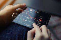 Торговать онлайн на smartphone с рукой бизнес-леди Стоковые Изображения