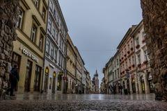 Торговая улица Florianska увиденное через строб в стене города Стоковые Изображения
