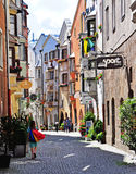 Торговая улица в Hall, старом австрийском городе стоковые изображения