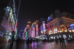 Торговая улица на ноче, Шанхай дороги Нанкина восточная, Китай Стоковая Фотография RF