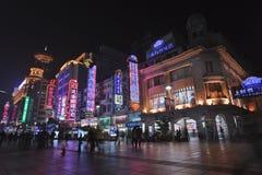 Торговая улица на ноче, Шанхай дороги Нанкина восточная, Китай Стоковое фото RF