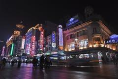 Торговая улица на ноче, Шанхай дороги Нанкина восточная, Китай Стоковое Изображение
