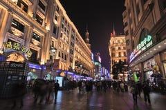Торговая улица на ноче, Шанхай дороги Нанкина восточная, Китай Стоковое Фото