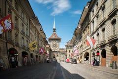 Торговая улица с башней с часами Zytgloggein старый средневековый ci Стоковое фото RF