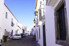 Торговая улица Alentejo привлекательно старомодный, яркие белые здания, перемещение к югу от Португалии Стоковая Фотография