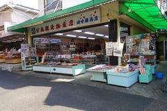 Торговая улица Omotesando в Miyajima, Японии стоковая фотография